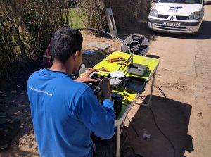 Un operario de Prisco Electrònica Networks instalando fibre óptica FTTH en el cámping Las Dunas.