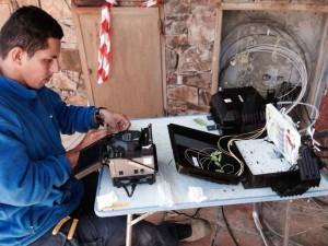 Operari treballant en el sistema de fibra óptica de Prisco Electrónica a la urbanització Golf Perelada