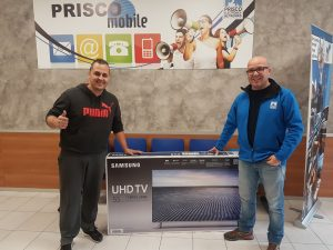 Gerard Prats recollint el premi del sorteig de Nadal de Prisco Electrònica Networks