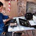 Operario de Prisco Networks instalando fibra óptica FTTH en la urbanización Golf Perelada